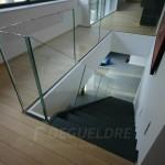 Escalier avec garde-corps en verre